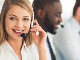 Mulher atendendo telefone (Suporte)